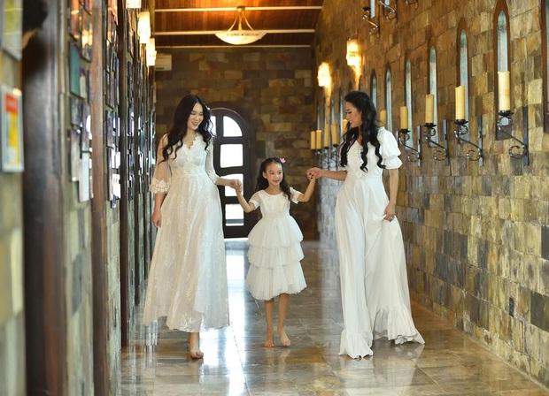 Xuất hiện trong loạt ảnh kỷ niệm 2 thập kỷ hôn nhân của bố mẹ, nhan sắc 2 ái nữ nhà NS Trịnh Kim Chi trở thành tâm điểm - Ảnh 9.
