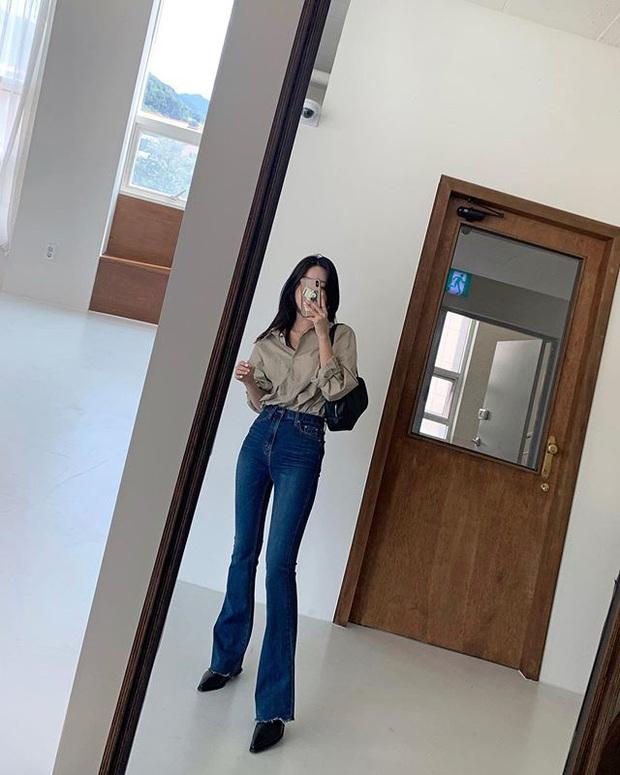 Jeans ống loe: Chiếc quần tôn dáng bậc nhất thu này nhưng liệu bạn đã biết cách diện chuẩn? - Ảnh 1.