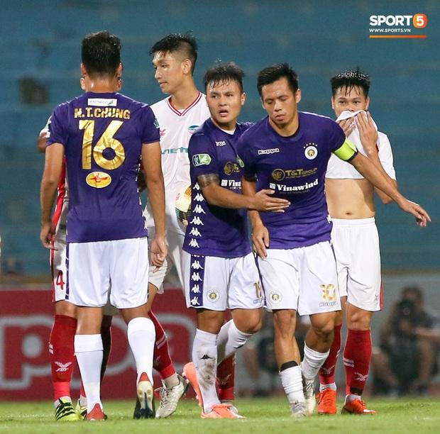 Trọng Đại hứng đầy gạch đá vì sút bóng cực mạnh vào đội trưởng Hà Nội FC nằm trên sân   - Ảnh 6.