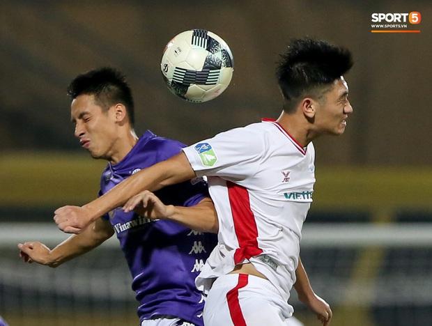 Trọng Đại hứng đầy gạch đá vì sút bóng cực mạnh vào đội trưởng Hà Nội FC nằm trên sân   - Ảnh 7.