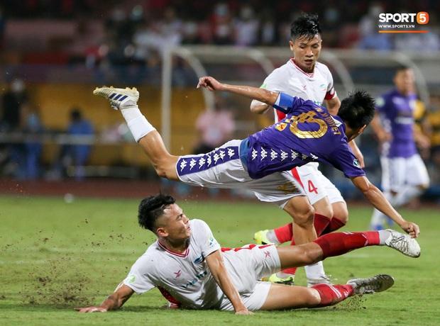 Trọng Đại hứng đầy gạch đá vì sút bóng cực mạnh vào đội trưởng Hà Nội FC nằm trên sân   - Ảnh 11.