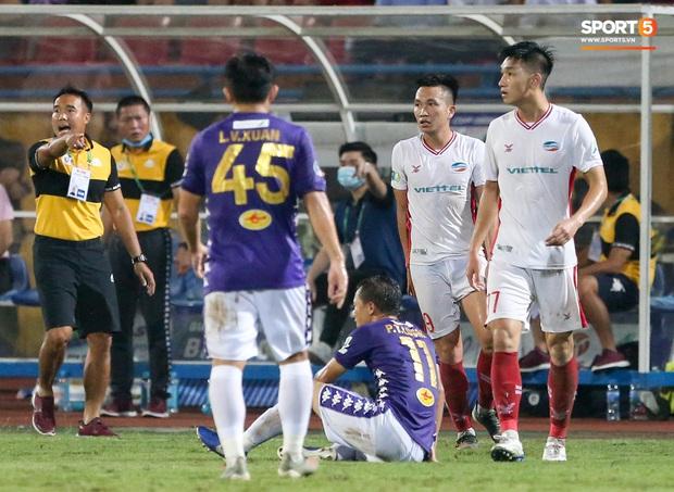 Trọng Đại hứng đầy gạch đá vì sút bóng cực mạnh vào đội trưởng Hà Nội FC nằm trên sân   - Ảnh 8.