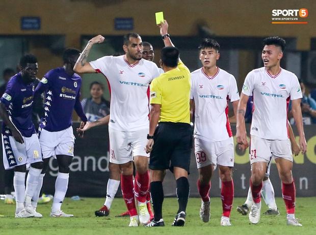 Trọng Đại hứng đầy gạch đá vì sút bóng cực mạnh vào đội trưởng Hà Nội FC nằm trên sân   - Ảnh 10.