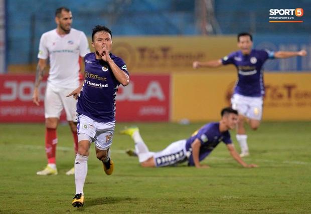 Quang Hải bẻ lái đột ngột khi ăn mừng bàn thắng khiến đồng đội ngã dúi dụi hài hước - Ảnh 4.