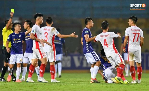 Trọng Đại hứng đầy gạch đá vì sút bóng cực mạnh vào đội trưởng Hà Nội FC nằm trên sân   - Ảnh 3.