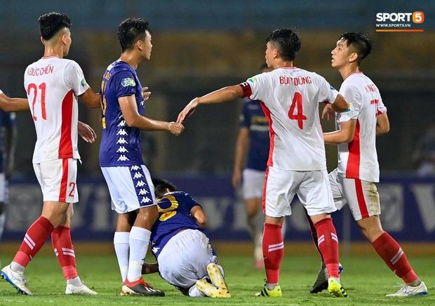 Trọng Đại hứng đầy gạch đá vì sút bóng cực mạnh vào đội trưởng Hà Nội FC nằm trên sân   - Ảnh 5.