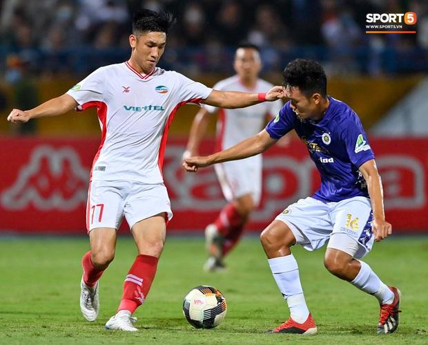Trọng Đại hứng đầy gạch đá vì sút bóng cực mạnh vào đội trưởng Hà Nội FC nằm trên sân   - Ảnh 1.