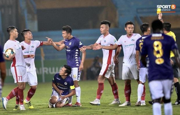 Trọng Đại hứng đầy gạch đá vì sút bóng cực mạnh vào đội trưởng Hà Nội FC nằm trên sân   - Ảnh 4.