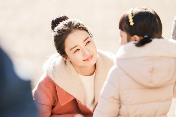 Bóc mẽ nhan sắc thật của Kim Tae Hee gần đây: Nữ thần lộ loạt khuyết điểm, ảnh hậu trường khác một trời một cực so với poster giả trân - Ảnh 4.