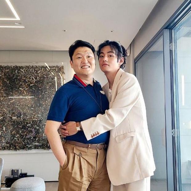Dân tình náo loạn vì bức ảnh cuộc gặp lịch sử Kpop: 2 kỳ tích Billboard V (BTS) và PSY thân mật, nhưng cái tay cứ sai sai? - Ảnh 4.