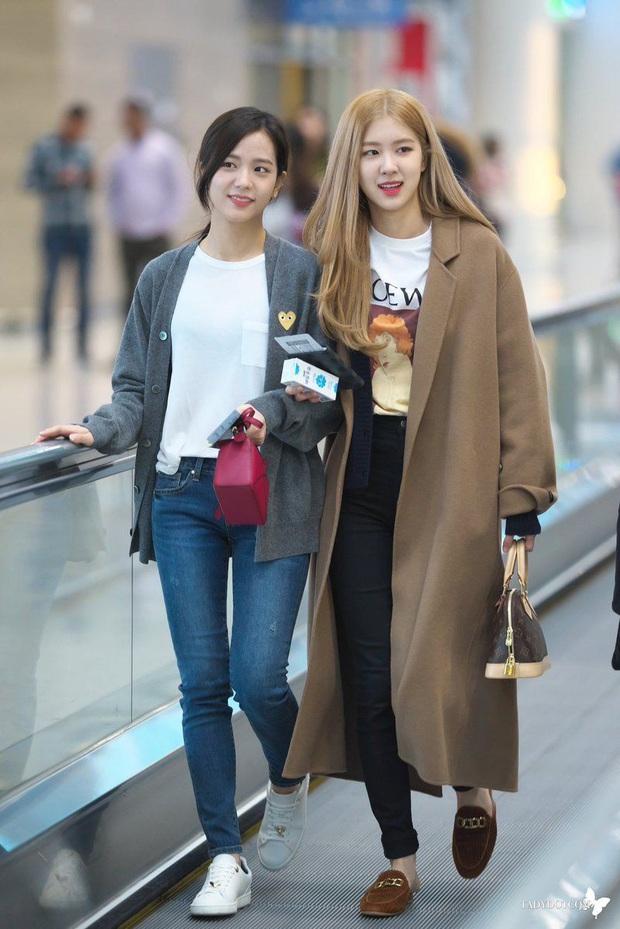 Chẳng mấy chốc mà vào Đông, chị em hãy ghim dần bí quyết diện áo măng tô từ Rosé và Lisa - Ảnh 4.