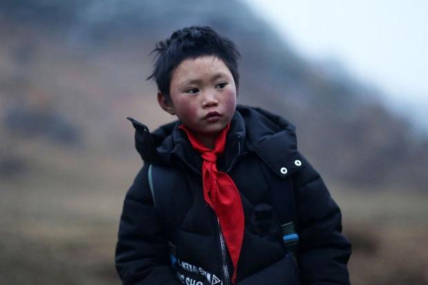 Cậu bé băng giá khốn khổ, đầu đội mưa tuyết trắng xóa đi bộ đến trường lay động MXH ngày trước bây giờ có cuộc sống ra sao? - Ảnh 2.