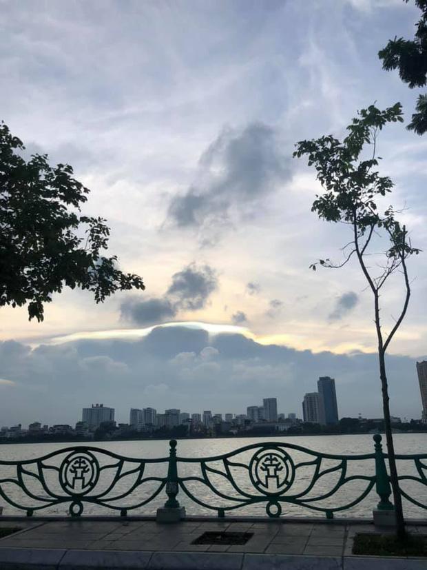 Cư dân mạng rầm rộ chia sẻ hình ảnh mây ngũ sắc vô cùng đẹp mắt xuất hiện trên bầu trời Hà Nội - Ảnh 1.