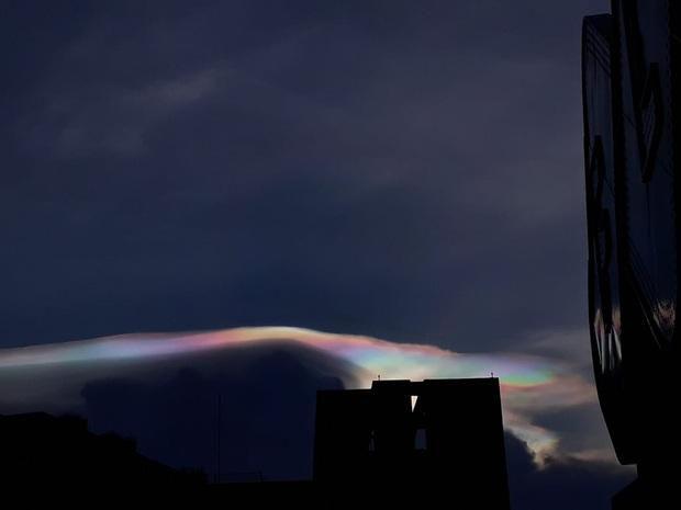 Cư dân mạng rầm rộ chia sẻ hình ảnh mây ngũ sắc vô cùng đẹp mắt xuất hiện trên bầu trời Hà Nội - Ảnh 3.