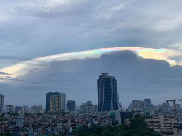 Cư dân mạng rầm rộ chia sẻ hình ảnh mây ngũ sắc vô cùng đẹp mắt xuất hiện trên bầu trời Hà Nội - Ảnh 5.