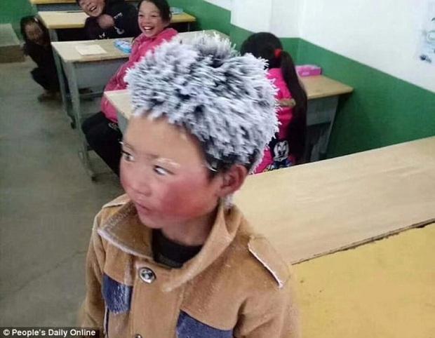 Cậu bé băng giá khốn khổ, đầu đội mưa tuyết trắng xóa đi bộ đến trường lay động MXH ngày trước bây giờ có cuộc sống ra sao? - Ảnh 1.