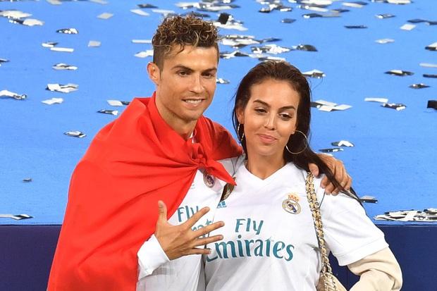 Siêu mẫu kém 10 tuổi được Ronaldo chi 18 tỷ để cầu hôn: Cô bán hàng bốc lửa của Gucci đổi đời nhờ yêu siêu sao cầu thủ - Ảnh 14.