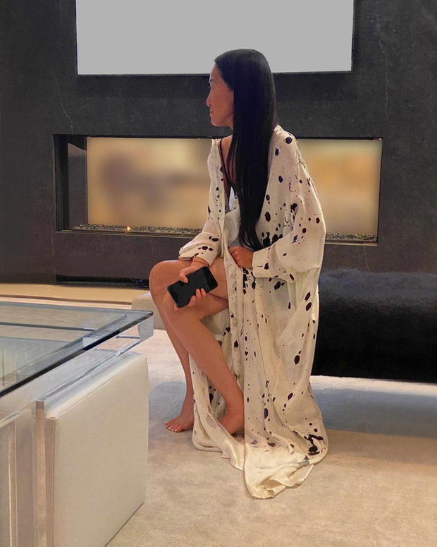 Thảm đỏ đặc biệt nhất lịch sử Emmy Awards: Jennifer Aniston đắp mặt nạ mặc pijama, NTK Vera Wang khoe chân nuột nà tại nhà - Ảnh 2.