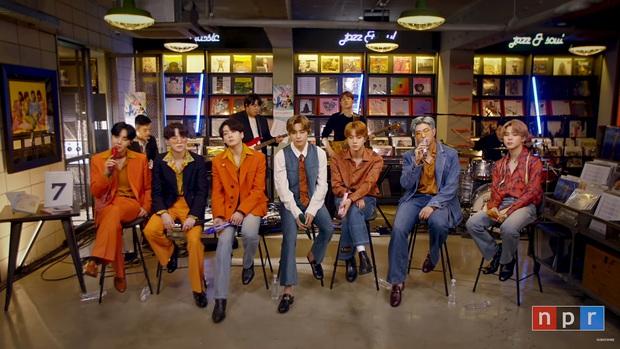 Trong khi các anh chàng BTS còn mải mê nuốt đĩa, em út Jungkook đã kịp tiết lộ... ca khúc mới nhất của nhóm? - Ảnh 1.
