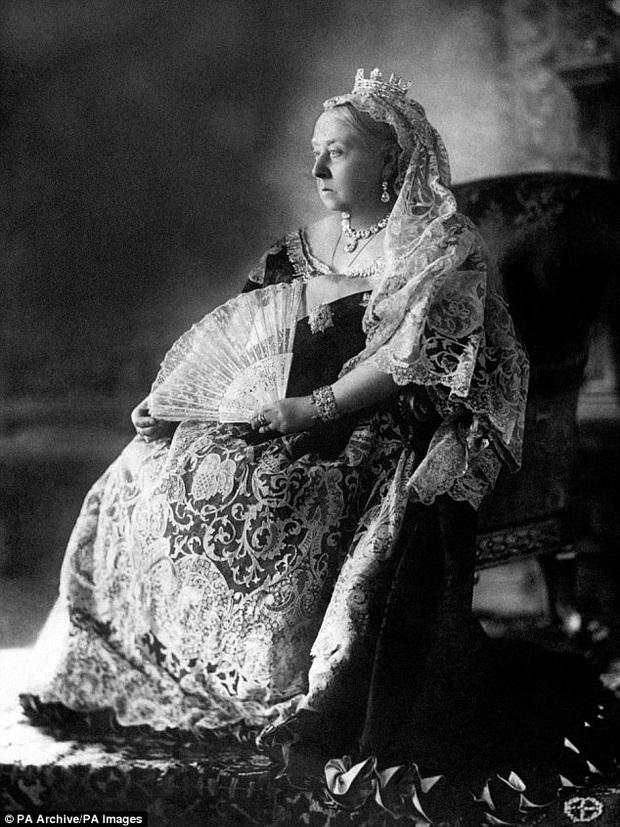 Cô con gái nuôi đặc biệt của Nữ hoàng Anh: Từ đứa trẻ mồ côi bị bắt làm vật tế trở thành món quà đặc biệt dành cho hoàng gia xứ sương mù - Ảnh 3.