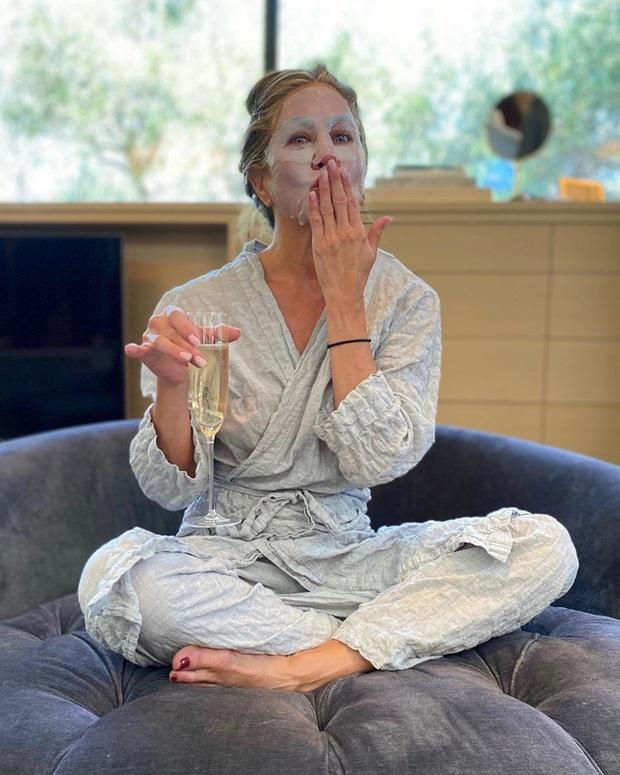 Thảm đỏ đặc biệt nhất lịch sử Emmy Awards: Jennifer Aniston đắp mặt nạ mặc pijama, NTK Vera Wang khoe chân nuột nà tại nhà - Ảnh 6.