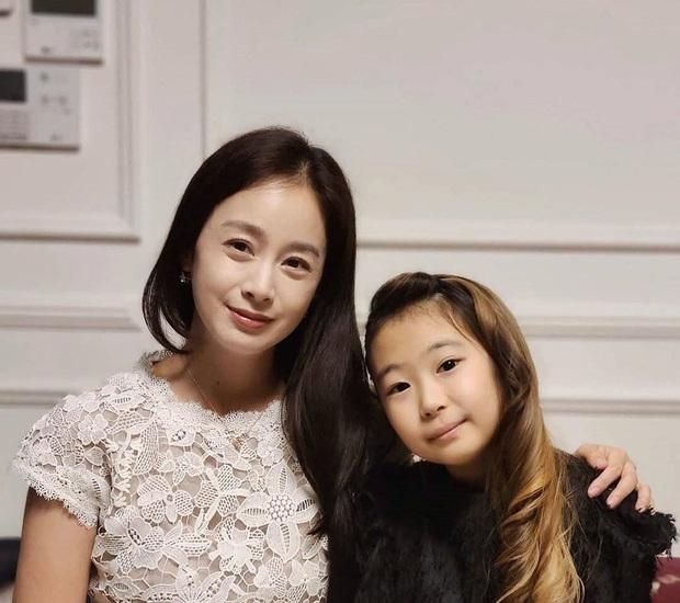 Bóc mẽ nhan sắc thật của Kim Tae Hee gần đây: Nữ thần lộ loạt khuyết điểm, ảnh hậu trường khác một trời một cực so với poster giả trân - Ảnh 2.