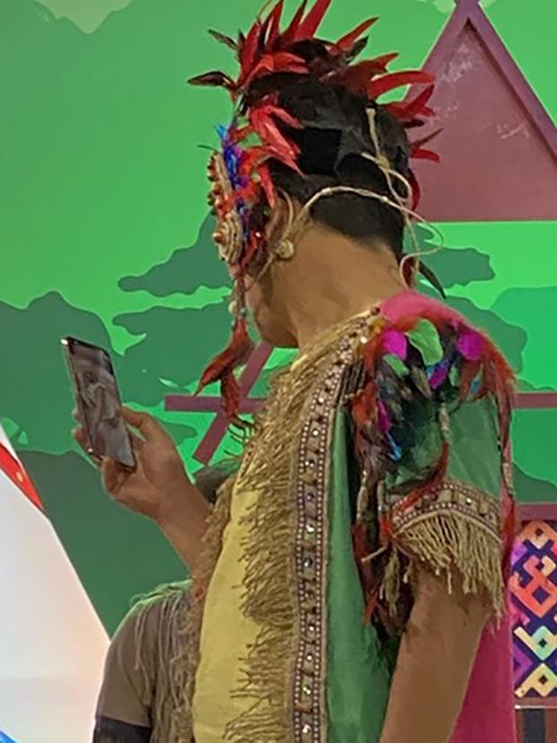 Trường Giang vô tư lôi điện thoại facetime với con gái và Nhã Phương giữa buổi quay hình - Ảnh 3.