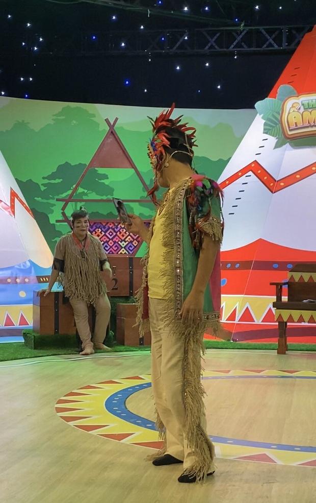 Trường Giang vô tư lôi điện thoại facetime với con gái và Nhã Phương giữa buổi quay hình - Ảnh 2.