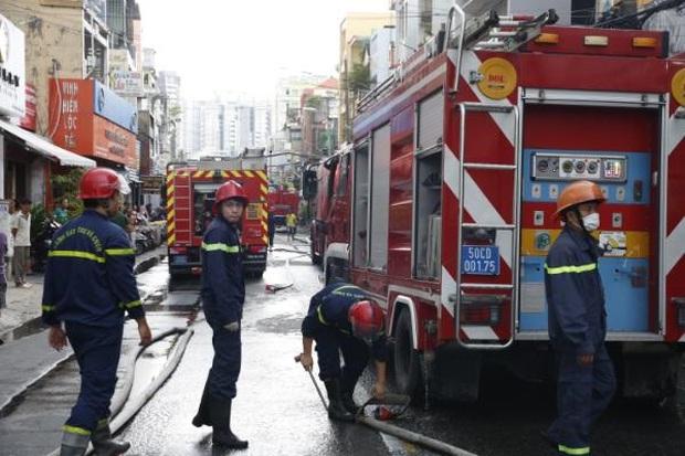 Một Chiến sĩ Cảnh sát PCCC bị thương khi chữa cháy nhà dân ở Sài Gòn - Ảnh 3.