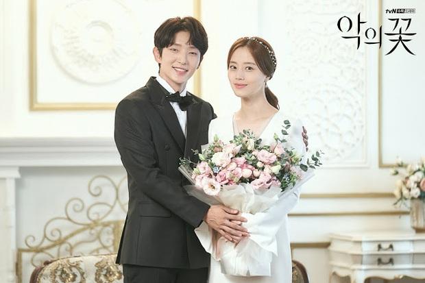 Flower Of Evil nhá hàng ảnh cưới đẹp như mơ của Lee Jun Ki - Moon Chae Won - Ảnh 2.