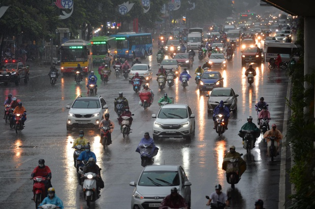 Hà Nội mưa gió trắng trời vào giờ tan tầm, người dân vội vã về nhà để tránh ùn tắc - Ảnh 3.