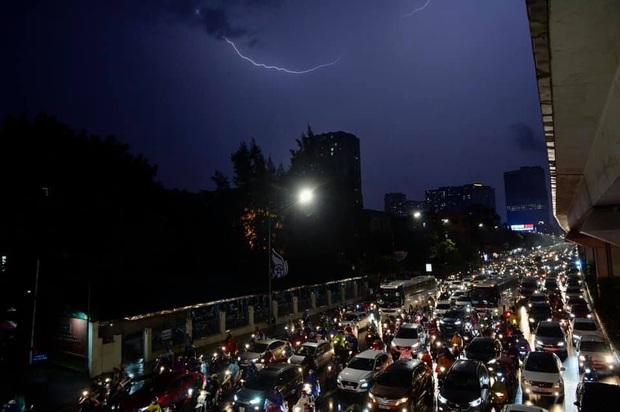 Đường phố Hà Nội đang ùn tắc kinh hoàng hàng giờ liền sau trận mưa lớn, dân công sở kêu trời vì không thể về nhà - Ảnh 10.