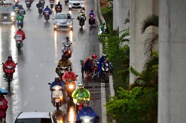 Hà Nội mưa gió trắng trời vào giờ tan tầm, người dân vội vã về nhà để tránh ùn tắc - Ảnh 5.