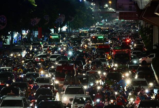 Đường phố Hà Nội đang ùn tắc kinh hoàng hàng giờ liền sau trận mưa lớn, dân công sở kêu trời vì không thể về nhà - Ảnh 6.