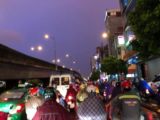 Đường phố Hà Nội đang ùn tắc kinh hoàng hàng giờ liền sau trận mưa lớn, dân công sở kêu trời vì không thể về nhà - Ảnh 9.
