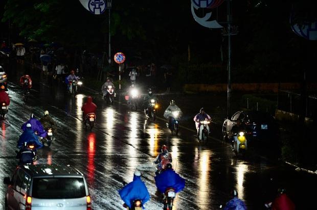 Đường phố Hà Nội đang ùn tắc kinh hoàng hàng giờ liền sau trận mưa lớn, dân công sở kêu trời vì không thể về nhà - Ảnh 8.