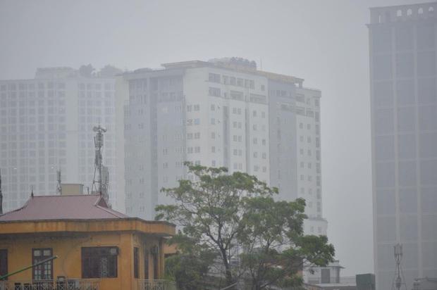 Hà Nội mưa gió trắng trời vào giờ tan tầm, người dân vội vã về nhà để tránh ùn tắc - Ảnh 2.