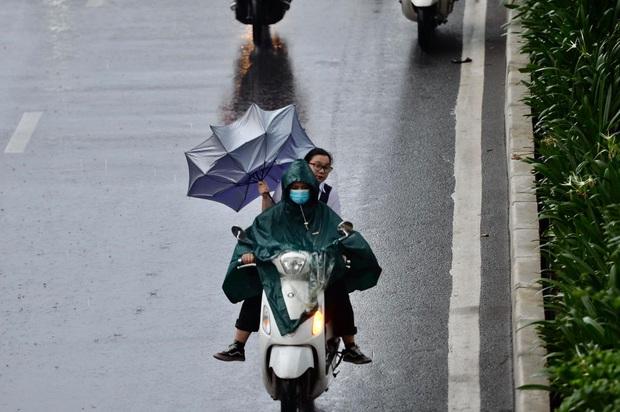 Hà Nội mưa gió trắng trời vào giờ tan tầm, người dân vội vã về nhà để tránh ùn tắc - Ảnh 6.