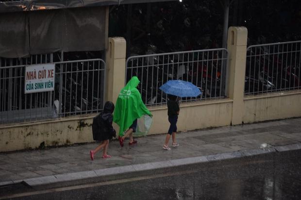 Hà Nội mưa gió trắng trời vào giờ tan tầm, người dân vội vã về nhà để tránh ùn tắc - Ảnh 8.