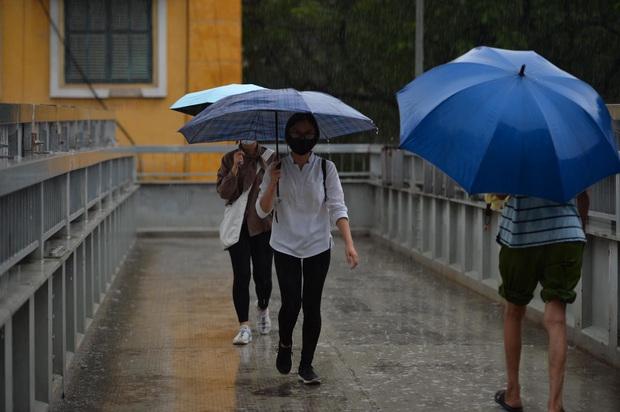 Hà Nội mưa gió trắng trời vào giờ tan tầm, người dân vội vã về nhà để tránh ùn tắc - Ảnh 7.