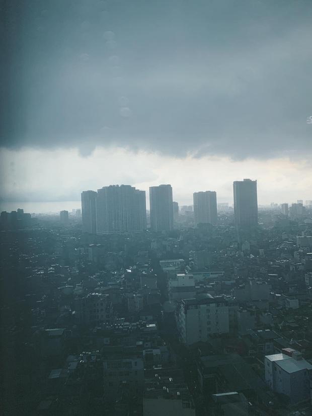 Hà Nội mưa gió trắng trời vào giờ tan tầm, người dân vội vã về nhà để tránh ùn tắc - Ảnh 1.