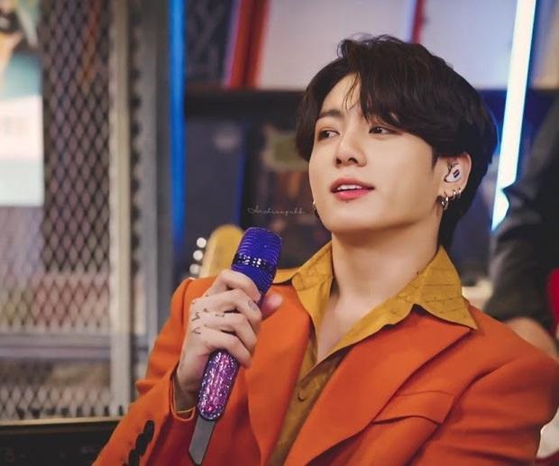 Trai đẹp tầm thế giới Jungkook (BTS) diện cây cam chóe khó nhằn, chỉ ngồi yên ở ghế hát cũng khiến MXH chao đảo cả tối - Ảnh 6.
