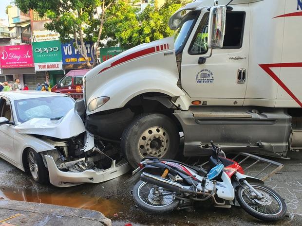 TP.HCM: Kinh hoàng container lao qua dải phân cách, tông nát ô tô sang BMW và cuốn nhiều xe máy vào gầm - Ảnh 4.