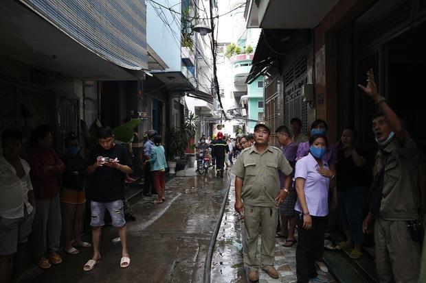 Một Chiến sĩ Cảnh sát PCCC bị thương khi chữa cháy nhà dân ở Sài Gòn - Ảnh 2.