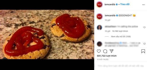 """Cardi B khiến dân tình """"xỉu ngang"""" với kiểu ăn bánh quy cùng... tương cà: Fan Việt lại gật gù """"ngon lắm""""? - Ảnh 1."""