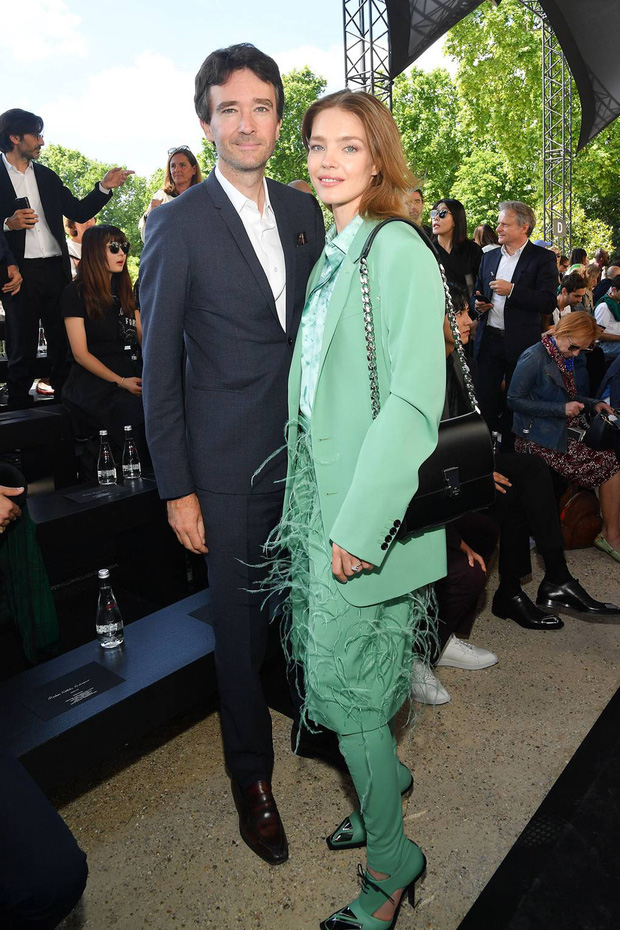 Siêu mẫu Nga và con trai chủ tịch LVMH kết hôn giản dị, ngắm váy cưới đơn giản của cô dâu lại càng bất ngờ - Ảnh 7.