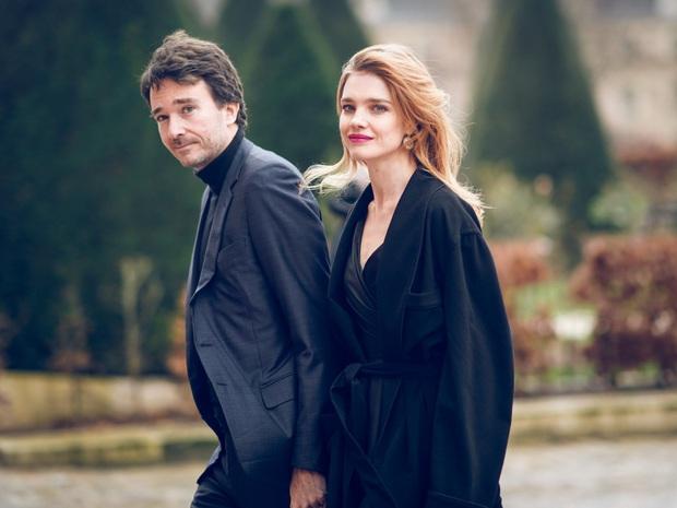 Siêu mẫu Nga và con trai chủ tịch LVMH kết hôn giản dị, ngắm váy cưới đơn giản của cô dâu lại càng bất ngờ - Ảnh 5.