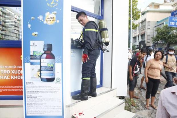 Một Chiến sĩ Cảnh sát PCCC bị thương khi chữa cháy nhà dân ở Sài Gòn - Ảnh 4.