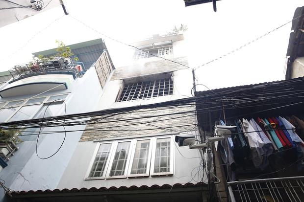 Một Chiến sĩ Cảnh sát PCCC bị thương khi chữa cháy nhà dân ở Sài Gòn - Ảnh 1.