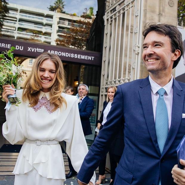 Siêu mẫu Nga và con trai chủ tịch LVMH kết hôn giản dị, ngắm váy cưới đơn giản của cô dâu lại càng bất ngờ - Ảnh 2.